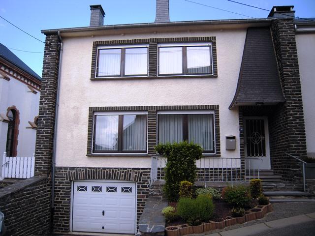 MARTELANGE- Maison 3 façades en très bon état
